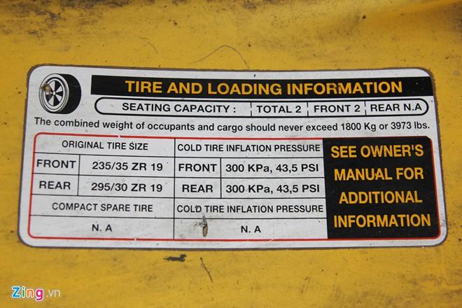 Trên thành xe vẫn còn bảng hiệu nhỏ ghi thông số lốp, số chỗ ngồi và giới hạn trọng lượng.