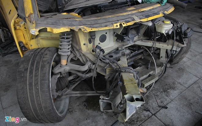 Phần đầu xe trơ bộ khung thép và hệ thống dây điện.