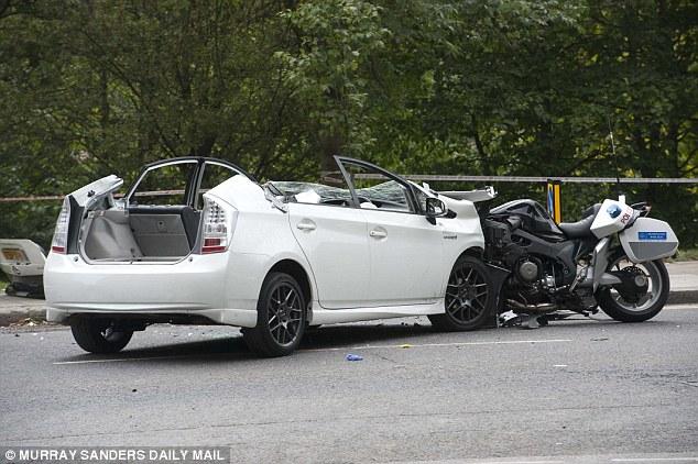 Cảnh sát phải cắt trần xe của chiếc Toyota Prius để đưa người lái ra ngoài.