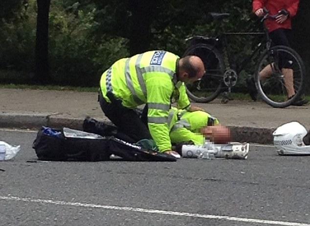 Vệ sỹ hộ tống Hoàng tử Harry bị văng xa vài mét so với chiếc môtô gặp nạn.