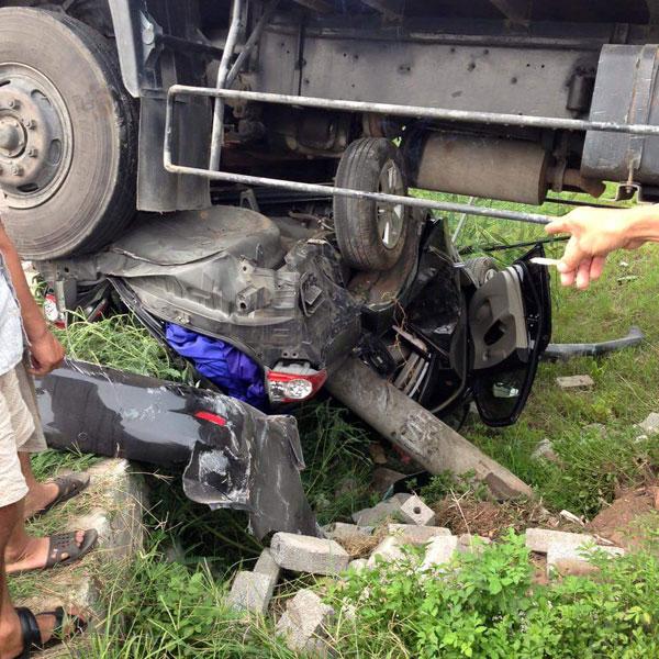 Chiếc Toyota Corolla Altis bị vò nát dưới gầm ô tô tải. Ảnh: Riêng Một Góc Trời/Otofun