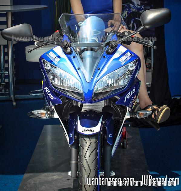 Yamaha R15 với tem Movistar