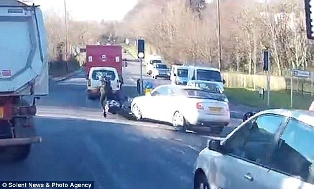 Người phụ nữ hành nghề mại dâm lái chiếc Audi A4 đâm vào mô tô của biker. Ảnh cắt từ video