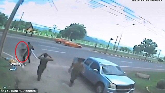 Bóng đen không nhúc nhích khi những người dân có mặt tại hiện trường vụ tai nạn. Ảnh cắt từ video