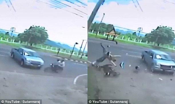 Chiếc xe máy chạy ở tốc độ cao, đâm vào ô tô bán tải. Ảnh cắt từ video
