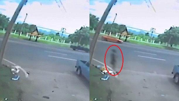 Bóng đen xuất hiện bên thi thể người phụ nữ tử vong. Ảnh cắt từ video