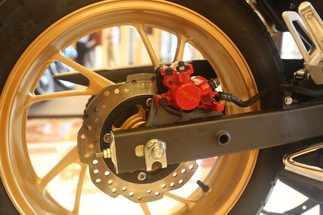 Chưa hết, Honda CBF190X 2017 còn đi kèm phanh đĩa thủy lực đơn trên cả hai bánh.