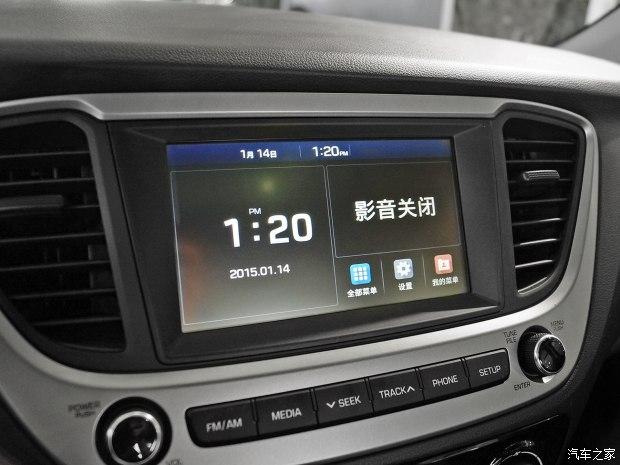 Trên cụm điều khiển trung tâm có màn hình cảm ứng 8 inch của hệ thống thông tin giải trí.