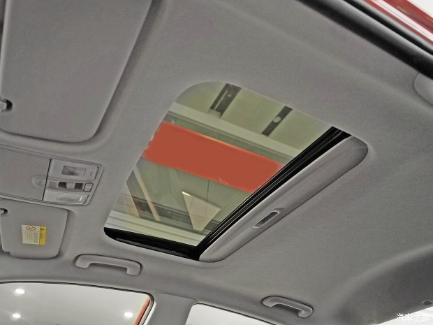 Cửa sổ trời chỉnh điện không quá lớn nhưng cũng đủ để đưa không khí trong lành và ánh sáng vào bên trong xe.