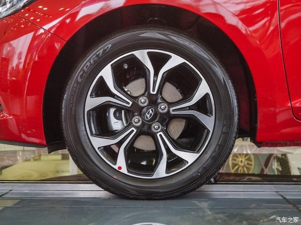 Thiết kế bên sườn của Hyundai Verna 2017 tạo cảm giác thể thao. Tuy nhiên, bộ la-zăng hợp kim của Hyundai Verna 2017 khá nhỏ so với thiết kế tổng thể của xe.