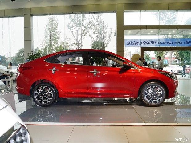 Các kích thước cụ thể của Hyundai Verna 2017 tại thị trường Trung Quốc bao gồm chiều dài tổng thể 4.380 mm, rộng 1.728 mm, cao 1.460 mm và chiều dài cơ sở 2.600 mm.