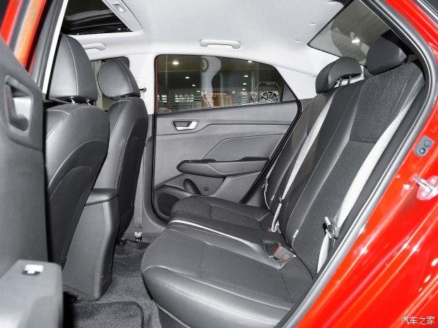 Với những người khó tính, nội thất của Hyundai Verna 2017 có thể gây thất vọng và tạo cảm giác nhàm chán.