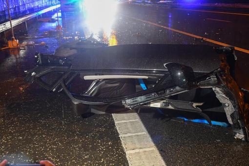 Các mảnh vỡ của chiếc BMW i8 nằm rải rác khắp nơi