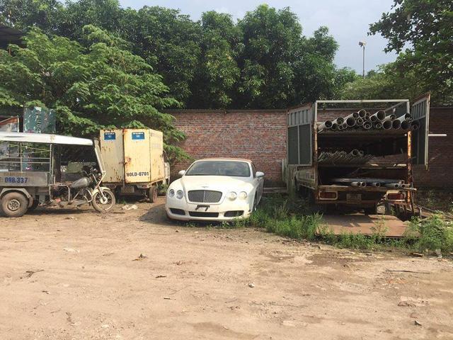 Chiếc Bentley Continental GTC này định cư tại bãi đỗ xe ngoài trời gần 2 tháng, chịu đựng đủ mưa nắng gió bụi.