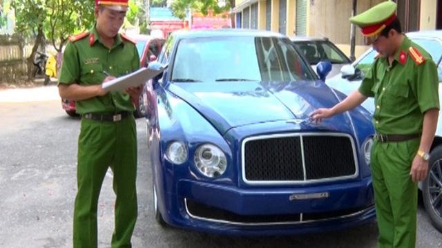 Chiếc Bentley Mulsanne trong bộ áo xanh dương hiện đang được công an tỉnh Quảng Bình giam giữ và ra thông báo tìm chủ nhân.