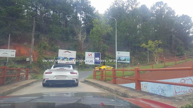 Bộ đôi Lamborghini Aventador và Porsche 911 Turbo S đang chuẩn bị thực hiện bài thi leo dốc để đến điểm tập kết.