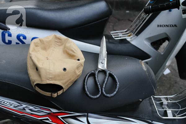 Chiếc kéo rất sắc được kẹp trên chiếc xe máy tại hiện trường