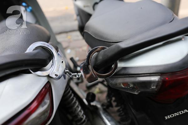 Xe máy của đối tượng này được khóa lại tại chốt đội Cảnh sátgiao thông số 4