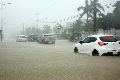 Nước ngập ở đường phố Đồng Hới. Ảnh: FB Mai Trung Dũng
