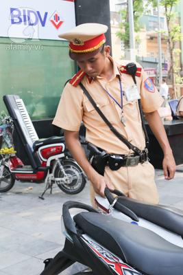 Thiếu úy Trịnh Văn Dương kiểm tra chiếc xe để bàn giao cho công an phường sở tại