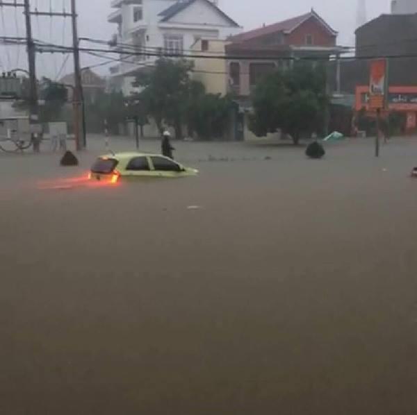 Mưa lớn khiến giao thông qua khu vực gặp nhiều khó khăn. Ảnh: FB Nguyễn Quỳnh Phương