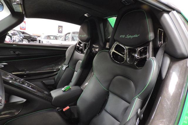 Nội y của chiếc Porsche 918 Spyder được khoác màu đen của da Alcantara cao cấp, điểm nhấn là các đường chỉ may trong màu xanh diệp lục tông xuyệt tông với ngoại thất.