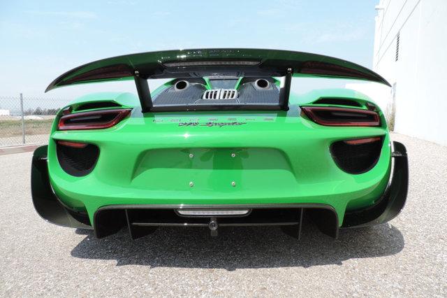 Chiếc Porsche 918 Spyder này còn nhận được sự tùy chỉnh với bộ cản va trước/sau khá hầm hố bằng chất liệu sợi carbon.