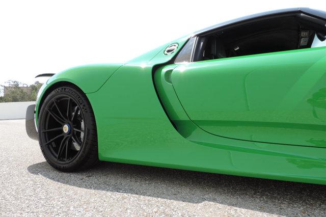 Ngoài ra, cũng cần nói thêm, chính bộ áo độc đáo màu xanh diệp lục cũng góp phần giúp chiếc siêu xe Porsche 918 Spyder có giá bán 2 triệu USD.