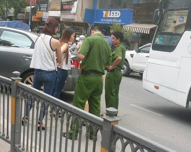 Nữ tài xế cầm lái ô tô hạ gục hàng rào chắn giữa đường.
