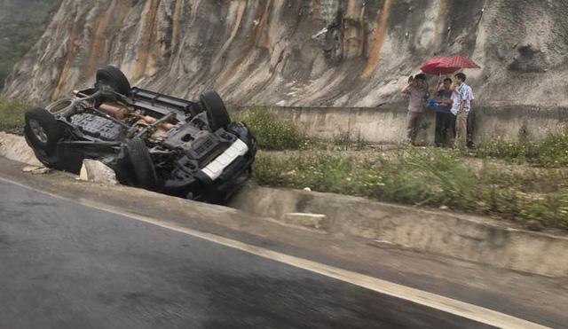 Toyota Fortuner lật ngửa tại Mộc Châu. Ảnh: Otofun