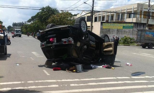 Toyota Fortuner lật ngửa tại khu công nghiệp Vĩnh Lộc. Ảnh: Otofun