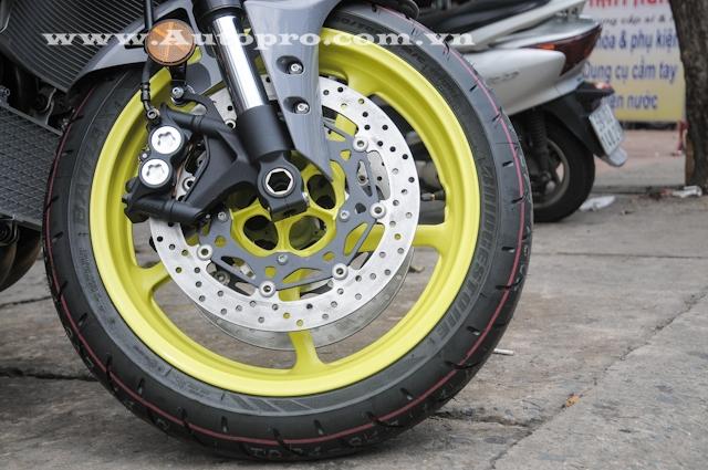 Kìm hãm khối động cơ 998 phân khối là phanh đĩa kép phía trước có đường kính 320 mm với kẹp phanh 4 pít-tông và đĩa đơn phía sau với đường kính 220 mm. MT-10 được trang bị hệ thống chống bó cứng phanh ABS.