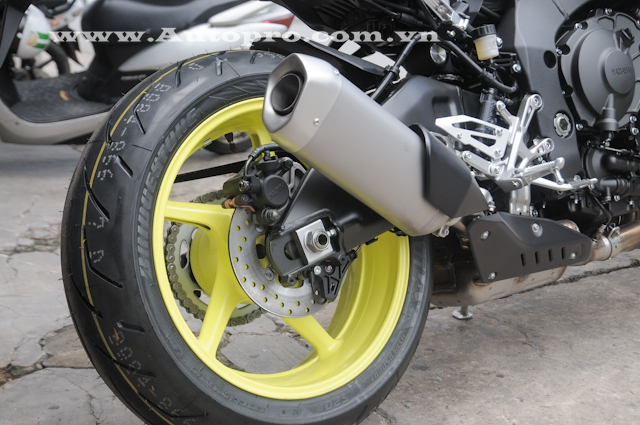 Ngoài ra, bộ vành đúc 5 chấu được khoác lên mình lớp sơn vàng chanh cũng là điểm nhấn nổi bật cho mẫu MT-10 này. Đi kèm la-zăng này bộ lốp Bridgestone Battlax Hypersport với kích thước 120/70 cho bánh trước và sau là 190/55.
