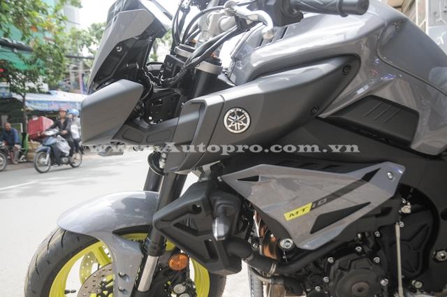 So với chiếc đầu tiên mang bộ áo đen toàn thân, chiếc MT-10 này có màu sơn lạ mắt hơn khi kết hợp giữa các chi tiết đen nhám và xám lông nhuột. Ngoài ra, nền sơn của chữ MT xuất hiện trong màu vàng chanh càng tạo nên vẻ cá tính cho chiếc naked bike 998 phân khối.
