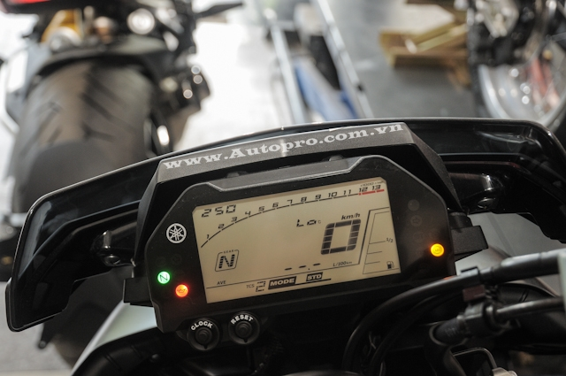 Cụm đồng hồ đa chức năng với màn hình LCD hiển thị khá nhiều thông số của xe như thiết lập các chế độ lái, các hệ thống trang bị cho xe cũng như các thông tin cơ bán như vòng tua máy, tốc độ, quãng đường đi.