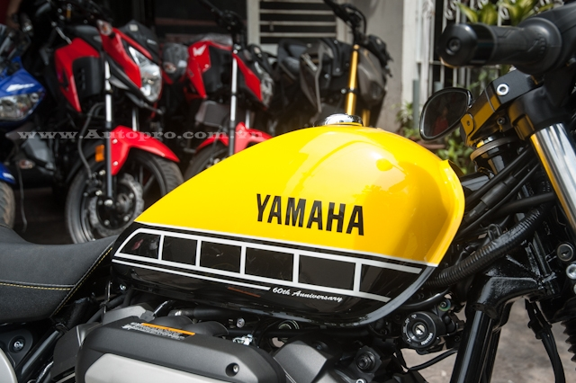 Nhân kỷ niệm sinh nhật lần thứ 60 trong làng mô tô, hãng Yamaha tung ra các phiên bản kỷ niệm đặc biệt mang tên gọi 60th Anniversary với dàn áo nổi bật trong 3 màu sắc vàng-đen và trắng.