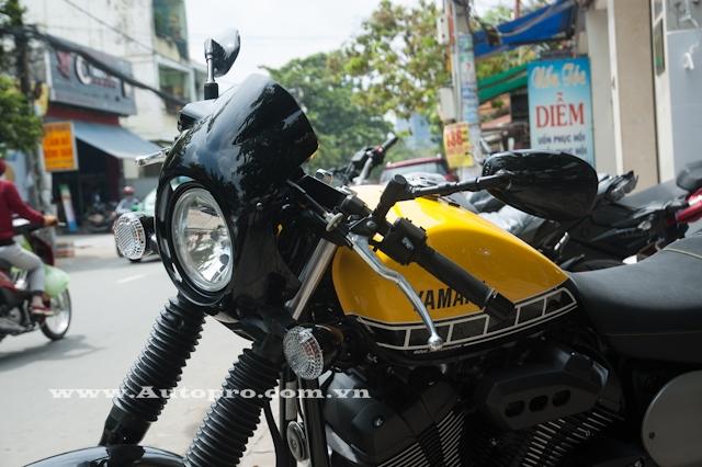 Yamaha XV950 trong bộ áo 3 màu vàng, trắng và đen này còn thuộc bản Racer 2016 với điểm nhấn là ốp kim loại màu đen bóng ở đầu xe và hai bên quây xe.