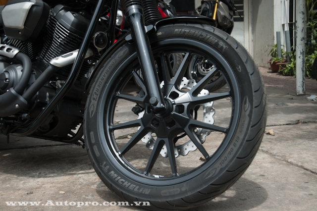 Yamaha XV950 Racer được trang bị vành 19 inch cho bánh trước và 17 inch cho bánh sau. Bộ mâm có thiết kế 6 chấu hình chữ V cá tính và được sơn đen sần. Đi kèm còn có phuộc ống lồng đường kính 41 mm.