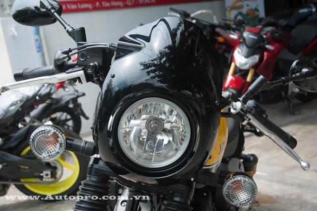 So với bản tiêu chuẩn, XV950 Racer 2016 có thêm ốp đèn pha trông khá cổ điển.