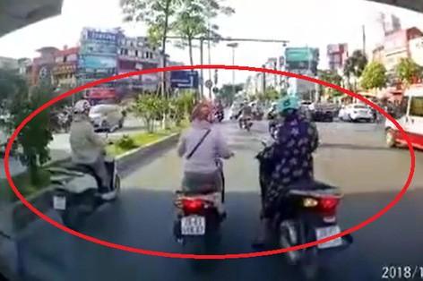 3 người phụ nữ dừng đèn đỏ, tiếng còi ô tô thúc giục đầy tức tối phía sau: Ai đáng trách?