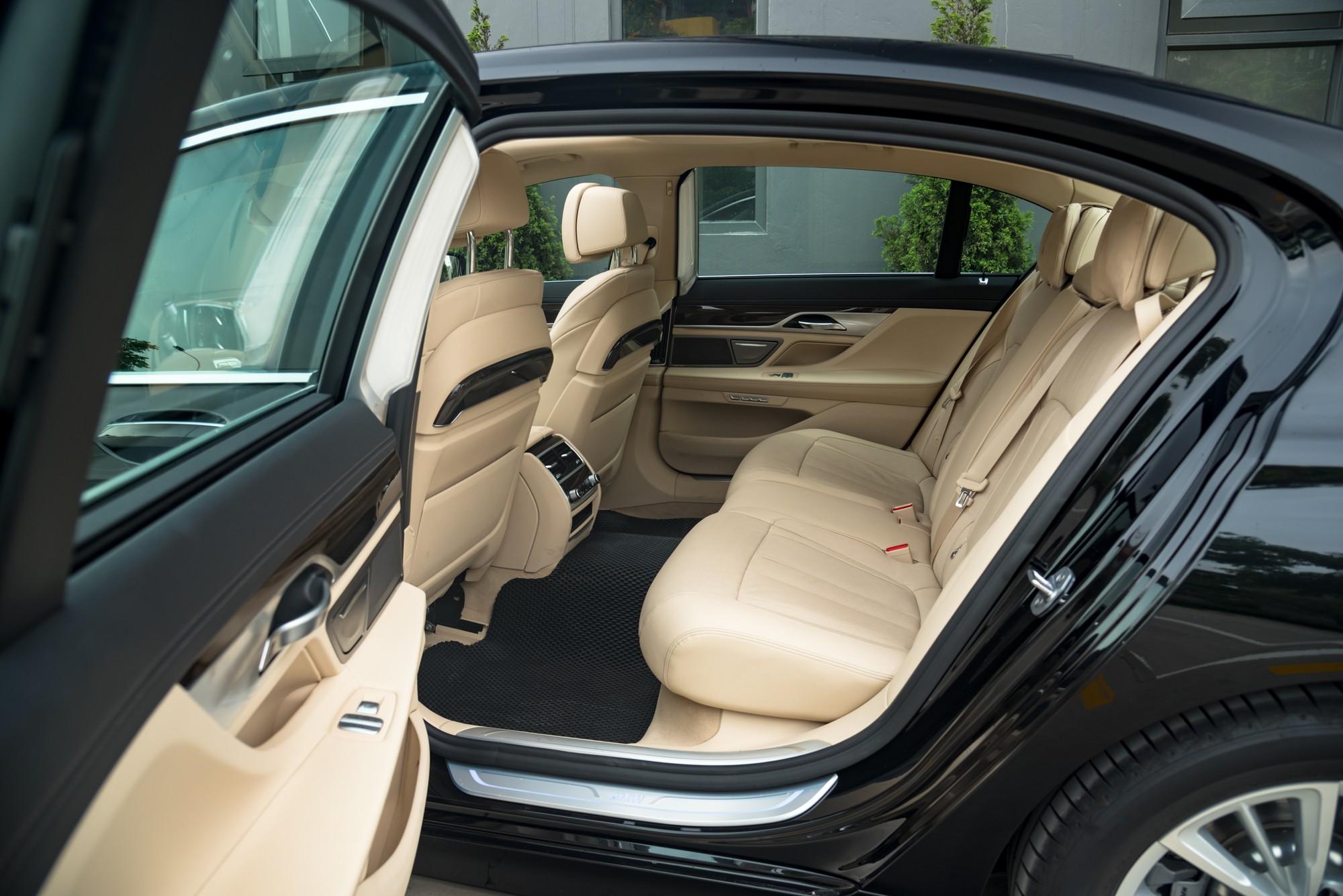 Trải nghiệm hàng ghế sau đẳng cấp của BMW 730Li