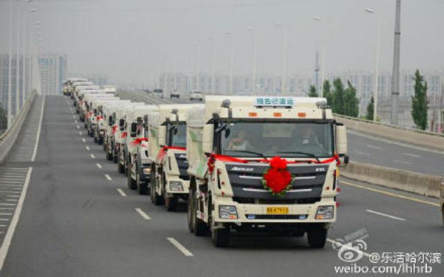 Dàn 36 xe tải thân thiện với môi trường đi đón dâu tại Hắc Long Giang.