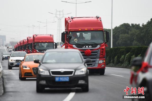Dàn xe đầu kéo đã chắn đường của những phương tiện khác.