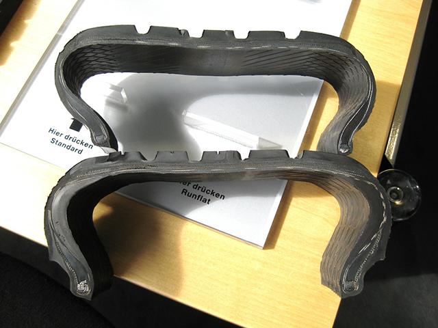 Lốp thường (trên) và lốp run-flat khi đặt cạnh nhau.