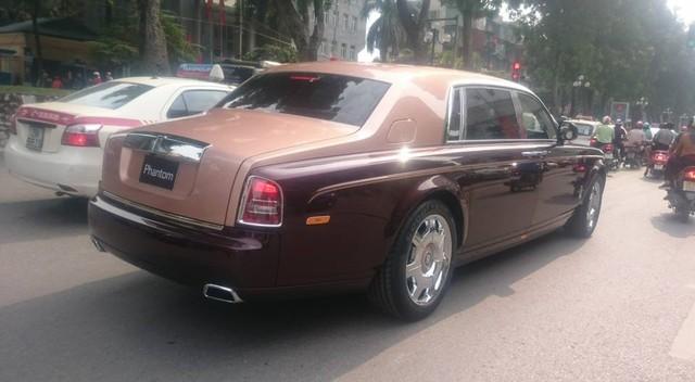 Rolls-Royce Phantom Lửa thiêng chạy trên đường Hà Nội khi chưa có biển. Ảnh: Tuấn Thanh/Otofun