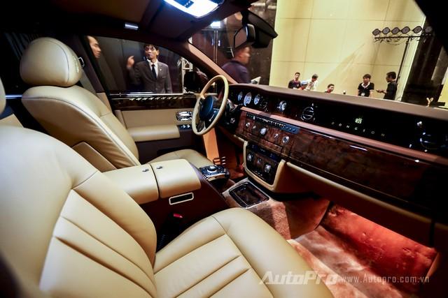 Khoang lái sang trọng của Rolls-Royce Phantom Lửa thiêng.