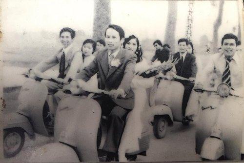 Hình ảnh rước dâu bằng dàn xe vespa cách đây hơn 30 năm khiến cộng đồng mạng xôn xao.