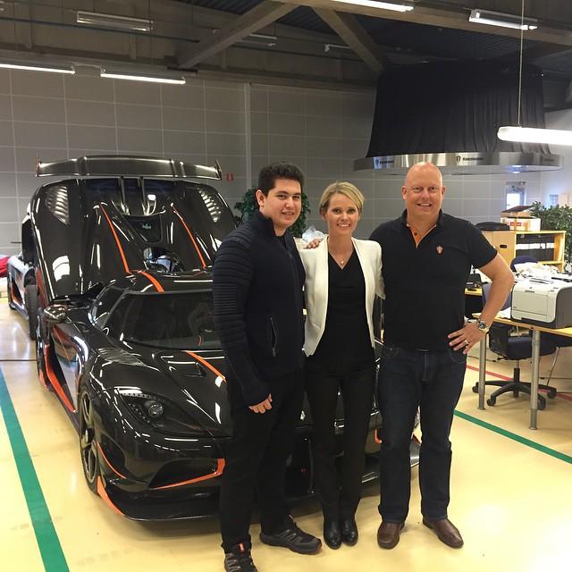 Pasin khoe ảnh chụp chung với ông Christian von Koenigsegg, chủ hãng siêu xe Thụy Điển, trong lần đến thăm nhà máy.