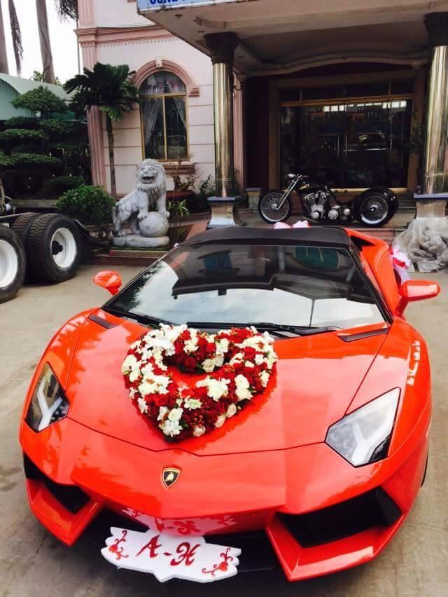 Vẫn chưa rõ siêu bò mui trần góp mặt trong ngày vui của chủ nhân hay chỉ được chú rể mượn để làm xe đón dâu. Chỉ biết, hình ảnh chiếc siêu xe trị giá 24,5 tỷ Đồng làm xe rước dâu đã thu hút rất nhiều sự chú ý. Đây cũng là chiếc Lamborghini Aventador đầu tiên tại Việt Nam làm xe rước dâu.