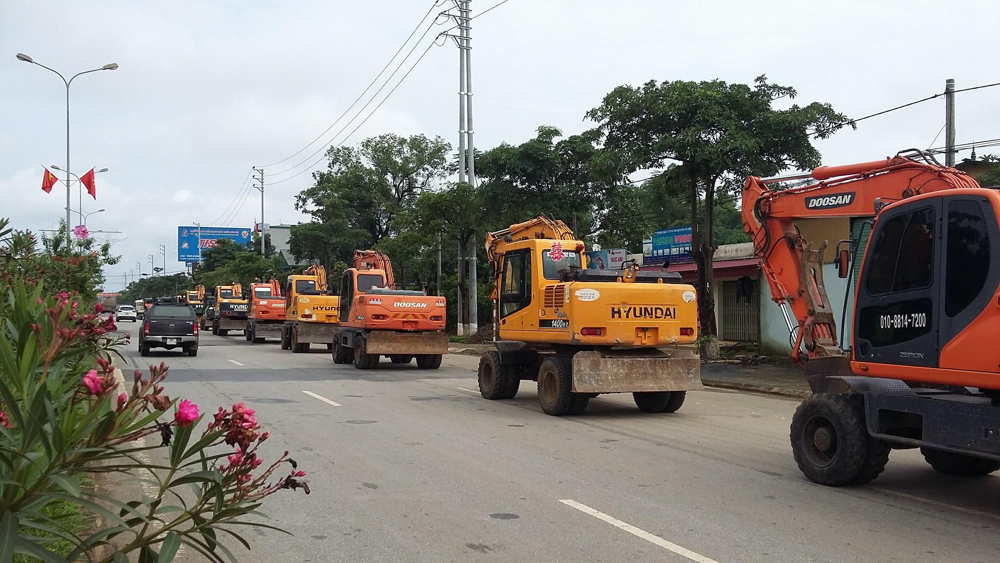 Dàn xe 20 chiếc mãy xúc của nhà trai đến đón dâu tại Sơn La. Ảnh: Uất Kim Cương